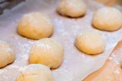 Πρόσφατα γίνοντη άσπρη παρουσίαση αποδείξεων ρόλων ψωμιού Στοκ Εικόνα