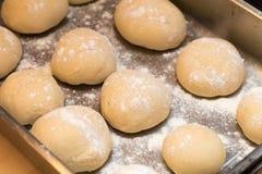 Πρόσφατα γίνοντη άσπρη παρουσίαση αποδείξεων ρόλων ψωμιού Στοκ Φωτογραφίες
