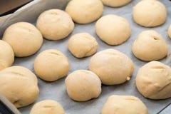 Πρόσφατα γίνοντη άσπρη παρουσίαση αποδείξεων ρόλων ψωμιού στοκ εικόνες