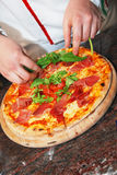πρόσφατα γίνοντη πίτσα Στοκ Εικόνα