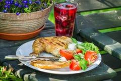 Πρόσφατα εξυπηρετούμενο γεύμα σχαρών στον κήπο Στοκ εικόνα με δικαίωμα ελεύθερης χρήσης