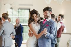 Πρόσφατα ζεύγος Τετάρτης που χορεύει με τους φιλοξενουμένους τους στοκ εικόνες