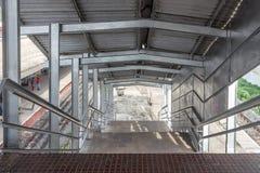 Πρόσφατα κατασκευασμένο πόδι σιδηροδρομικών σταθμών πέρα από τη γέφυρα που βλέπει στο σιδηροδρομικό σταθμό πάρκων, κεντρικός σταθ Στοκ Εικόνες