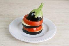 Πρόσφατα κόψτε τη μελιτζάνα και την ντομάτα σε ένα πιάτο Στοκ εικόνα με δικαίωμα ελεύθερης χρήσης
