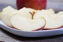 Πρόσφατα κόψτε τις φέτες της Apple στο άσπρο πιάτο Στοκ Φωτογραφία