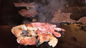 Πρόσφατα μαγειρευμένες καβούρια και γαρίδες απόθεμα βίντεο
