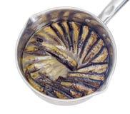 Πρόσφατα μαγειρευμένες καπνισμένες κλυπέες στην κατσαρόλλα ανοξείδωτου Στοκ Φωτογραφίες