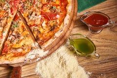 Πρόσφατα μαγειρευμένη πίτσα στον ξύλινο πίνακα Στοκ εικόνα με δικαίωμα ελεύθερης χρήσης