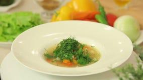 Πρόσφατα μαγειρευμένη σούπα με τα φασόλια και τα λαχανικά απόθεμα βίντεο