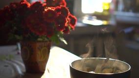 Πρόσφατα μαγειρευμένος και βράζοντας ravioli σε ένα κύπελλο στον ατμό φιλμ μικρού μήκους