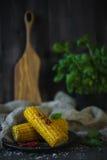 Πρόσφατα μαγειρευμένο ψημένο στη σχάρα καλαμπόκι με τα πιπέρια και το βασιλικό Στοκ Φωτογραφία