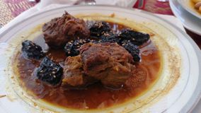 Πρόσφατα μαγειρευμένο tagine αρνιών και δαμάσκηνων Στοκ Φωτογραφία