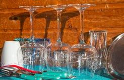 Πρόσφατα ξεπλυμένα φλυτζάνια και μαχαιροπήρουνα γυαλιών στοκ φωτογραφία με δικαίωμα ελεύθερης χρήσης