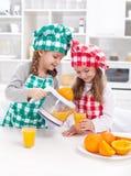 πρόσφατα ο χυμός κοριτσιών που κάνει πορτοκαλής στοκ φωτογραφία