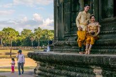 Πρόσφατα παντρεμένο ζευγάρι μπροστά από Angkor Wat Στοκ φωτογραφία με δικαίωμα ελεύθερης χρήσης
