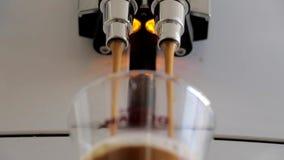 Πρόσφατα παρασκευασμένος καφές που χύνεται στο φλυτζάνι φιλμ μικρού μήκους