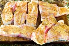 Πρόσφατα πιασμένος κυπρίνος που διακοσμείται με σειρήτι και που καρυκεύεται, προετοιμασμένος για το μαγείρεμα στοκ εικόνα με δικαίωμα ελεύθερης χρήσης