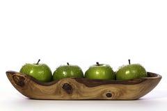Πρόσφατα πλυμένα πράσινα μήλα στο ξύλινο κύπελλο ελιών στοκ φωτογραφία