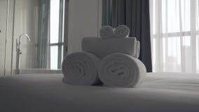 Πρόσφατα πλυμένες χνουδωτές πετσέτες απόθεμα βίντεο