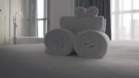 Πρόσφατα πλυμένες χνουδωτές πετσέτες φιλμ μικρού μήκους