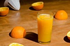 πρόσφατα πορτοκάλι χυμού που συμπιέζεται Στοκ Εικόνες