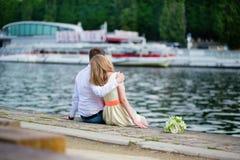 Πρόσφατα -πρόσφατα-wed συνεδρίαση ζευγών στο ανάχωμα του Σηκουάνα στοκ εικόνα