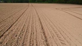 Πρόσφατα σπαρμένο χώμα τομέων άνοιξη με τις γραμμές, εναέρια άποψη απόθεμα βίντεο