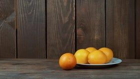 Πρόσφατα συμπιεσμένος χυμός από πορτοκάλι σε ένα γυαλί Χύστε, συμπιέστε το χυμό από πορτοκάλι Σε μια ξύλινη ανασκόπηση απόθεμα βίντεο