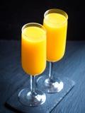 Πρόσφατα συμπιεσμένος χυμός από πορτοκάλι στα γυαλιά σαμπάνιας Στοκ εικόνα με δικαίωμα ελεύθερης χρήσης