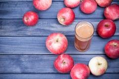 Πρόσφατα συμπιεσμένος χυμός μήλων σε ένα γυαλί στο σκοτεινό ξύλινο πίνακα Στοκ φωτογραφίες με δικαίωμα ελεύθερης χρήσης