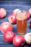 Πρόσφατα συμπιεσμένος χυμός μήλων σε ένα γυαλί στο σκοτεινό ξύλινο πίνακα Στοκ εικόνα με δικαίωμα ελεύθερης χρήσης