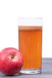 Πρόσφατα συμπιεσμένος χυμός μήλων στο γυαλί στον πίνακα που απομονώνεται Στοκ φωτογραφίες με δικαίωμα ελεύθερης χρήσης