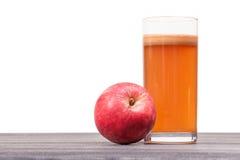 Πρόσφατα συμπιεσμένος χυμός μήλων στο γυαλί στον πίνακα που απομονώνεται Στοκ εικόνες με δικαίωμα ελεύθερης χρήσης