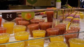 Πρόσφατα συμπιεσμένος χυμός στα πλαστικά εμπορευματοκιβώτια στην προθήκη Λα Boqueria Βαρκελώνη Ισπανία απόθεμα βίντεο