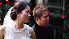 Πρόσφατα το ζεύγος κοιτάζει επίμονα ο ένας στον άλλο θέτει για την εικόνα απόθεμα βίντεο