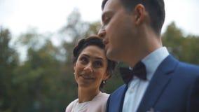 Πρόσφατα το παντρεμένο ζευγάρι που περπατά μαζί και έχει τη συνομιλία απόθεμα βίντεο