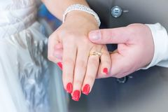 Πρόσφατα χέρια, νύφη και νεόνυμφος ζεύγους Weds με το δαχτυλίδι Στοκ Φωτογραφίες
