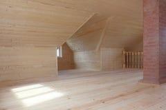 Πρόσφατα χτισμένη και απασχολημένη σοφίτα με την καπνοδόχο τούβλου και το ξύλινο κιγκλίδωμα Στοκ φωτογραφία με δικαίωμα ελεύθερης χρήσης