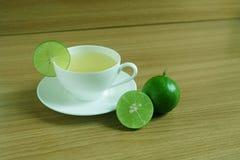 Πρόσφατα χυμός ασβέστη σε ένα άσπρο φλυτζάνι στοκ φωτογραφίες