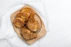 Πρόσφατα ψημένα κουλούρια με τα αμύγδαλα Croissants Στοκ Φωτογραφίες