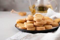 Πρόσφατα ψημένα μπισκότα ζάχαρης στο άσπρο υπόβαθρο Στοκ Εικόνες