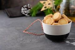 Πρόσφατα ψημένα μπισκότα ζάχαρης στο άσπρο υπόβαθρο Στοκ φωτογραφίες με δικαίωμα ελεύθερης χρήσης