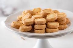 Πρόσφατα ψημένα μπισκότα ζάχαρης στο άσπρο υπόβαθρο Στοκ φωτογραφία με δικαίωμα ελεύθερης χρήσης