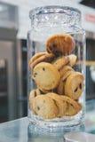 Πρόσφατα ψημένα μπισκότα με τα κομμάτια σοκολάτας σε ένα βάζο γυαλιού στο αρτοποιείο στοκ φωτογραφία με δικαίωμα ελεύθερης χρήσης