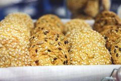 Πρόσφατα ψημένα μπισκότα στο ράφι στο αρτοποιείο με τη διαφορετική σκόνη Στοκ Εικόνες