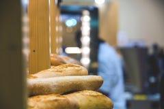 Πρόσφατα ψημένα προϊόντα ψωμιού και αρτοποιίας στο μετρητή Στοκ Εικόνες