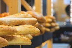 Πρόσφατα ψημένα προϊόντα ψωμιού και αρτοποιίας στο μετρητή Στοκ εικόνες με δικαίωμα ελεύθερης χρήσης