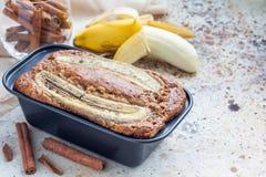 Πρόσφατα ψημένα σπιτικά muffins κανέλας μπανανών με τη φέτα της μπανάνας στην κορυφή στο πιάτο ψησίματος Στοκ Φωτογραφίες
