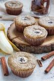 Πρόσφατα ψημένα σπιτικά muffins κανέλας μπανανών με τη φέτα της μπανάνας στην κορυφή Στοκ εικόνα με δικαίωμα ελεύθερης χρήσης