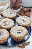 Πρόσφατα ψημένα σπιτικά muffins κανέλας μπανανών με τη φέτα της μπανάνας στην κορυφή Στοκ Εικόνα